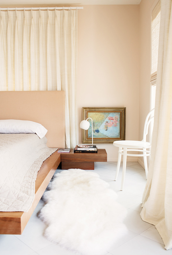 peach-and-nude-tones-in-the-bedroom-via-coco-kelley